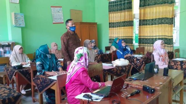 Kepala MIN 3 Tanah Datar Melakukan Sosialisasi Elearning pada Guru Madrasah